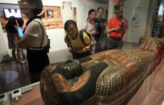 游客在上海博物馆参观大英博物馆百物展。上观新闻 图