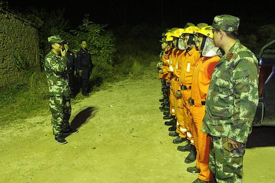 消防大队集合官兵准备展开救援。