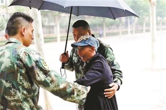 高米店中队的消防队员发现老人后立刻将他看顾起来。 北京青年报 图