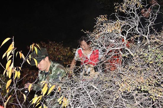 消防官兵引导被困者下山。