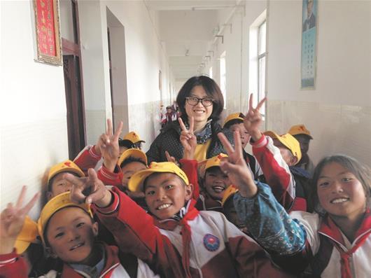 图为:匡昕雯和西藏孩子们在一起