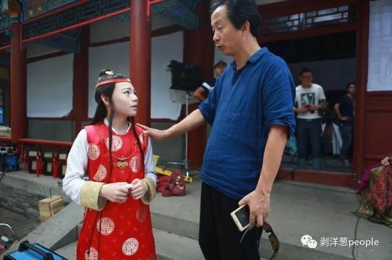 小戏骨版《红楼梦》总导演潘礼平(右)和小演员。