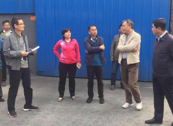 10月3日,刘敏(左三)陪环保部巡查组在德州经开区赵虎镇乾海碳素有限公司内检查。 受访者提供图