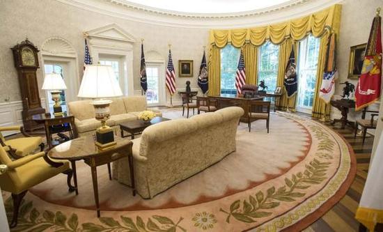翻新的金色的黄色椭圆形办公室