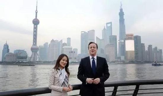 ▲卡梅伦到访上海外滩 (图片来源:BBC)