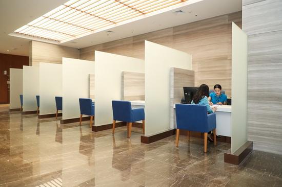 传统的便民服务中心、预检台变成了酒店大堂、银行贵宾区似的接待区域。