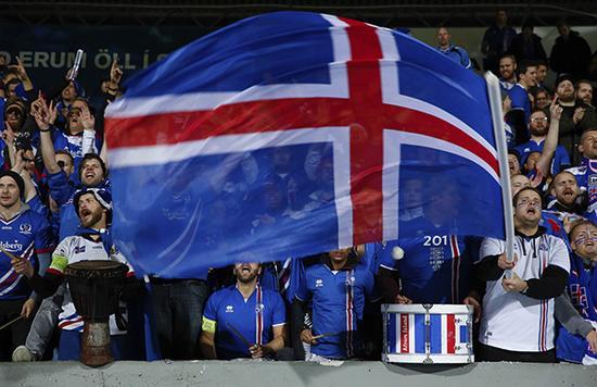 冰岛球迷庆祝球队进入世界杯。东方IC 图