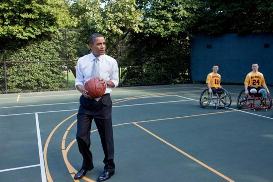 奥巴马在老布什的网球场里安装了篮框