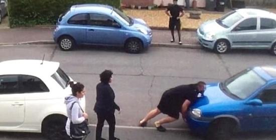 监拍:英国大力士徒手推车 整治汽车乱停乱放