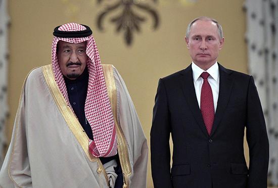 10月5日,在俄罗斯首都莫斯科,俄罗斯总统普京(右)举行仪式,欢迎到访的沙特阿拉伯国王萨勒曼。 新华/路透 图