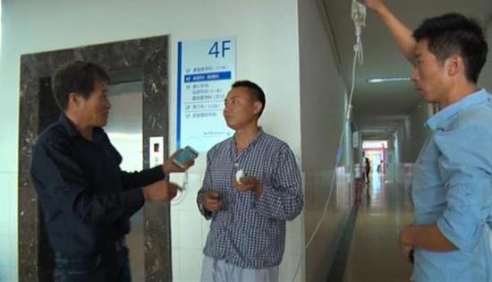 10月9日,出租车司机不仅连闯5个红灯送吴师傅去医院,还垫付医药费。 视频截图