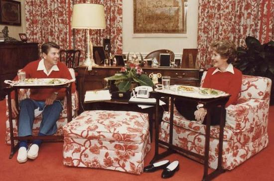 1981年,美国前总统罗纳德·里根和妻子南希·里根在办公室
