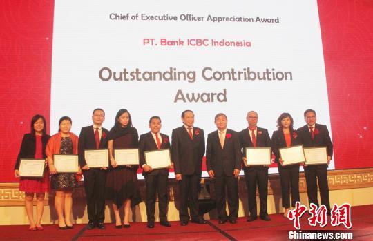 当晚的庆典上,该行特别评出了12位最佳贡献员工和12位最佳服务员工,表彰和奖励他们作出的杰出贡献和服务。 林永传 摄