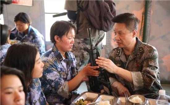 图为今年7月底,阎维文赴朱日和慰问官兵。