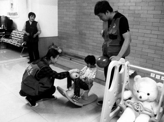 心羽志愿者和患儿在爱心之家互动