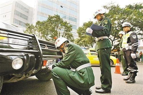 军警联合检查军车上路(资料图)