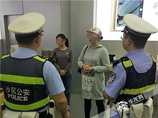 报警人鞠女士向民警介绍事情经过。记者 张勇 摄