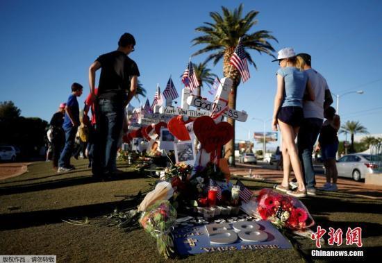资料图:拉斯维加斯民众在事发地竖立起58个白色的十字架,悼念逝去的遇难者。