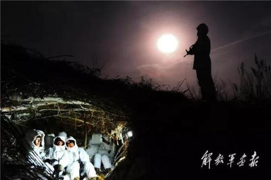 《最是冬夜战友情》 摄影/李三红