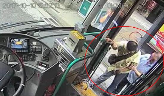 司机下车搀扶拄拐乘客上车 一车人耐心等待95秒
