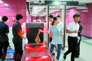 昨天,地铁厦滘站的乘客有序地将行李通过安检机,而自己则走过安检门。广州日报全媒体记者高鹤涛摄