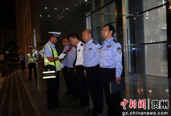 交警支队民警拿出测试仪器,对现场每一个人进行了测试。本文图片 中新网