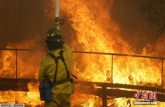 图为消防员扑救大火。