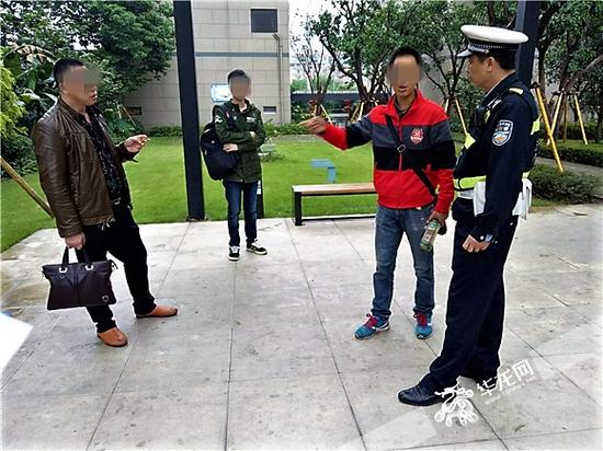 面对李某的指责,小胡的父亲胡某(左一)也比较激动。记者 张勇 摄