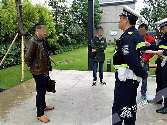 民警对双方的冲突进行调解,小胡(中)自始至终都没有什么话。记者 张勇 摄