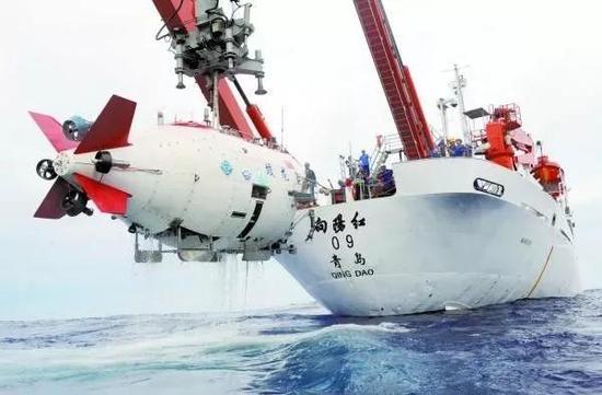 """▲""""蛟龙号""""载人潜水器目前的母船向阳红09船"""