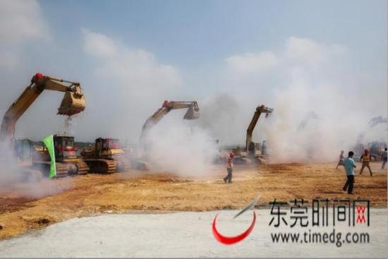 揭牌仪式结束后,滨海湾新区填海项目动工。郑琳东 摄