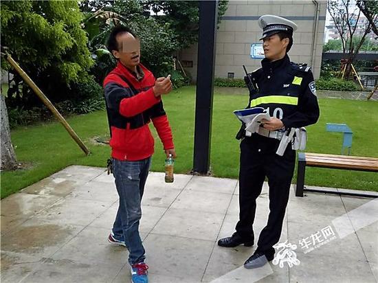 报警人李某讲述事情经过。记者 张勇 摄