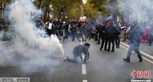 法国警方动用催泪瓦斯驱散示威人群。