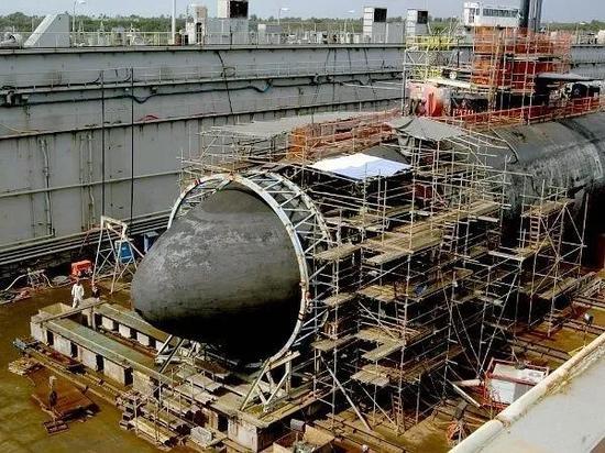 """▲资料图片:2005年,美国洛杉矶级""""旧金山""""号潜艇在该地区发生事故,造成1名海员死亡,23人受伤。图为受损潜艇在关岛基地接受维修。(美国海军网站)"""