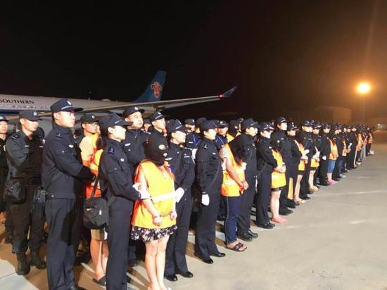 中国公安工作组和柬埔寨警方抓获中国籍犯罪嫌疑人74名。