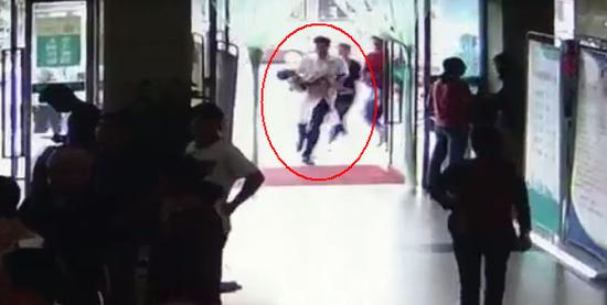 监拍:母亲抱孩子大喊救命 医生接过患儿狂奔