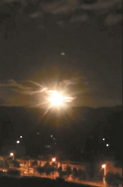 """10月4日,一颗""""火流星""""划过夜空,此后全国各路人马奔赴香格里拉 供图/视觉中国"""