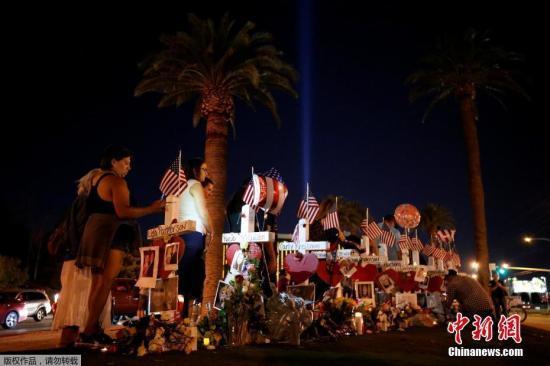 图为拉斯维加斯民众悼念遇难者。