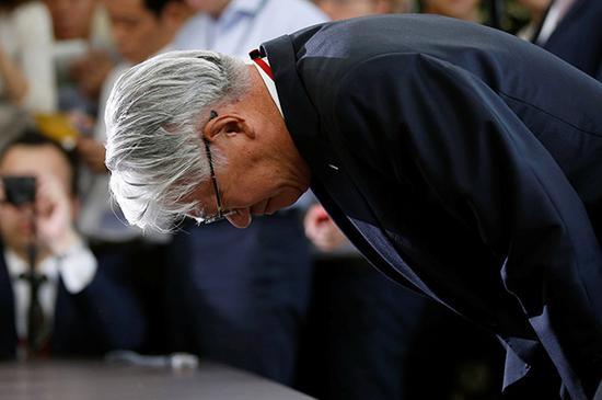 当地时间2017年10月12日,日本东京,日本神户钢铁总裁川崎弓在新闻发布会上鞠躬致歉。此前该公司曾有组织地篡改部分铝制品的强度等性能数据并供货给各大汽车制造厂商,其中,部分违规行为甚至在10年前就已经开始。视觉中国 图