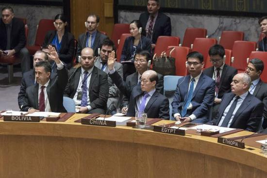 2月28日,刘结一(前排中)在安理会就有关叙利亚化学武器问题决议草案进行表决时投反对票。(新华社)