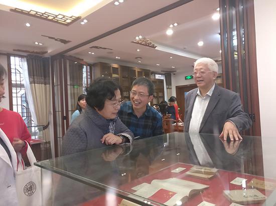 陈毅小女儿丛军正在观看父亲藏品。本文图片均来自 澎湃新闻记者 周航 摄