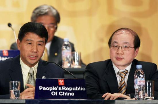 2008年11月,在秘鲁首都利马,时任商务部副部长易小准(左)与当时的外交部部长助理刘结一(右)出席亚太经合组织(APEC)第二十届部长级会议闭幕新闻发布会。(新华社)