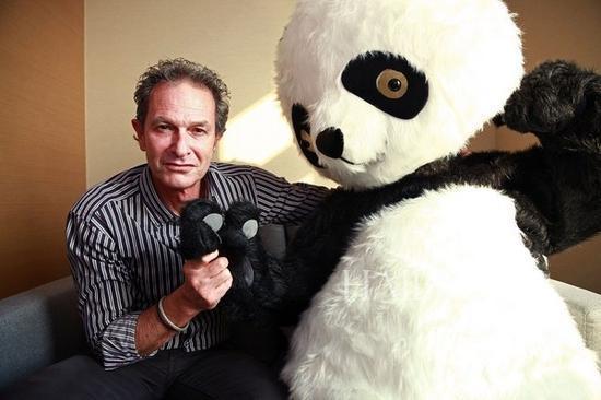"▲Lawrence Argent和""大熊猫""合影"