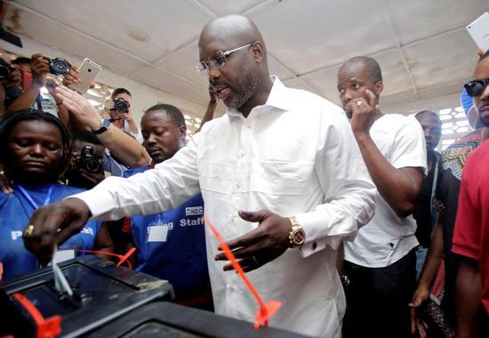 10月10日,前世界足球先生、总统候选人乔治·维阿在一处投票点投票。 (新华社/路透)