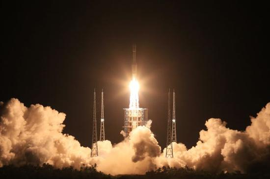 资料图片:2016年6月25日晚,长征七号运载火箭在海南文昌航天发射场点火升空。新华社记者 李刚 摄