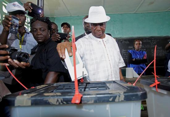 10月10日,利比里亚现任副总统、总统候选人博阿凯在一处投票点投票。(新华社/路透)