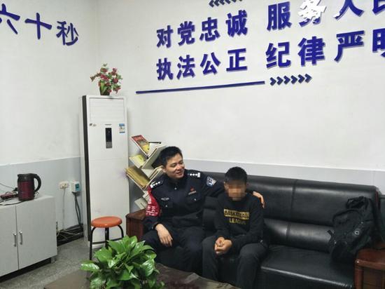 因考虑到路途较远,当晚安排男孩跟民警一起在宿舍过夜。