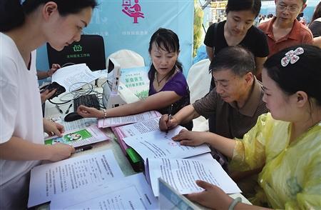 """九龙坡区杨家坪,市民正在签订""""家庭医生""""协议书。 首席记者 钟志兵 摄"""