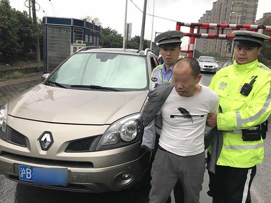 失格驾驶员违法上路被民警查处。上海公安交警供图