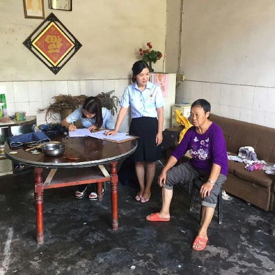 2017年5月,钟家玉和她的同事接到华东社区工作人员的求助,希望帮忙解决社区居民陈某的离婚诉讼案件。